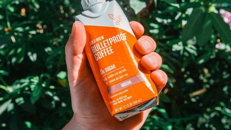 man met bulletproof koffie in hand