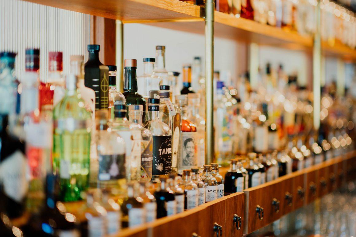 flessen op plank in cafe